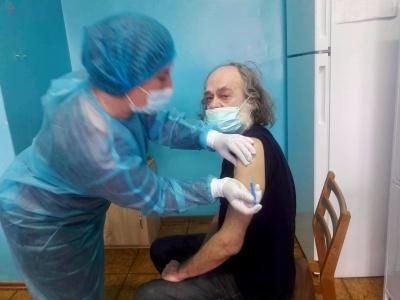 Вакцинування набирає обертів: кого з відомих буковинців щепили від COVID-19 сьогодні