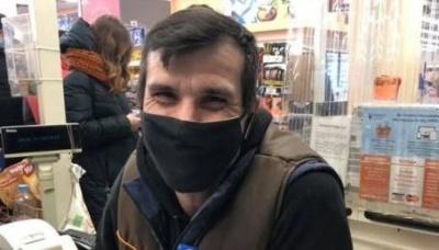 Немає руки і обох ніг: у супермаркеті Дніпра завжди усміхнений касир з інвалідністю полонив покупців