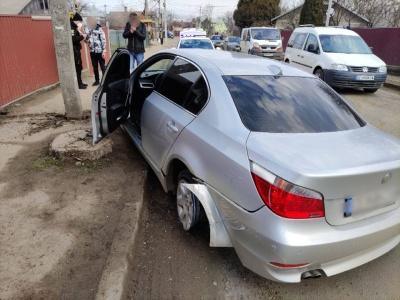 Вдарився в бордюр, а потім влетів в електроопору: ДТП у Чернівцях