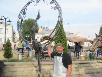 Ковалі з Чернівців викували триметрову статую архангела Михаїла і передали її на Схід України
