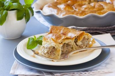 """Листковий пиріг """"Равлик"""" з фаршем: як приготувати смачну й ситну випічку"""