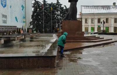Болото з площі – у фонтан: у Чернівцях працівниця відзначилась курйозним вичерпуванням води – відео