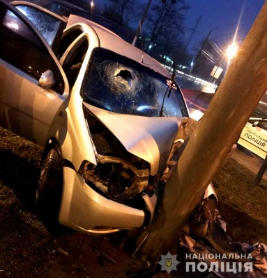 ДТП у Чернівцях: авто врізалось у стовп, дитина у лікарні