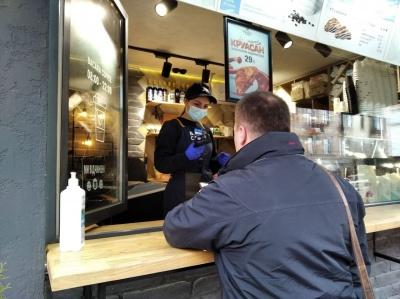 «Стукайте!»: як магазини та кафе у центрі Чернівців дотримуються карантину – фото