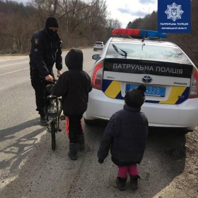 """""""Провідували маму у лікарні"""": на Буковині поліцейські відвезли додому дітей"""