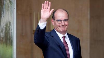 Прем'єр Франції щепився вакциною AstraZeneca в прямому ефірі