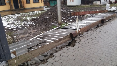 У Чернівцях руйнується новий тротуар – фото