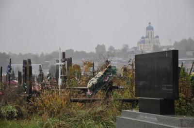 У Чернівцях «мисливці за металом» на цвинтарях виривають латунні хрестики