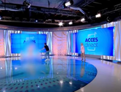 Ведучу румунського каналу у прямому ефірі атакувала гола жінка з каменем