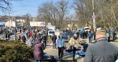 «Дуже багато народу»: попри карантин, «блошиний» ринок у Чернівцях працює «на повну» - відео