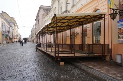 У Чернівцях почали встановлювати перші літні майданчики: з якого періоду це дозволено