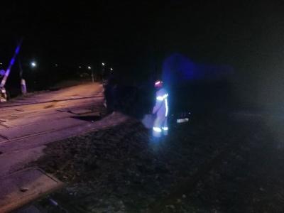 Застряг на залізничній колії: на Буковині рятувальники допомогли двом водіям