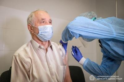 """""""Іншого виходу не бачу"""": на Буковині першим серед 80-річних вакцинувався автор книг із історії спорту"""