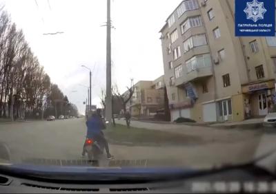 """Без шолома та під """"кайфом"""": у Чернівцях поліція затримала горе-водія"""