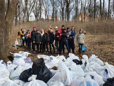 Волонтери продовжать прибирати парк Шиллера у Чернівцях