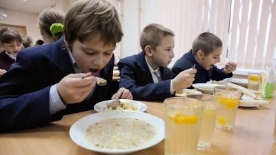 Менше цукру і без сосисок: уряд затвердив норми харчування у школах