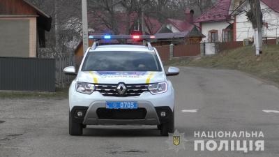 Буковиною їздить автівка поліції з гучномовцем, попереджаючи про карантин – відео