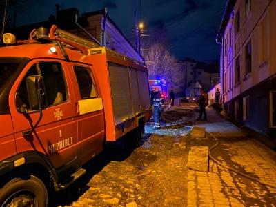 У центрі Чернівців горіла квартира: пожежники врятували літнього господаря