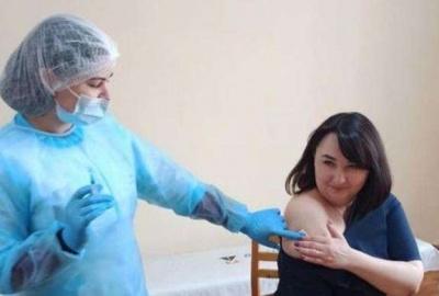 Калмикова вакцинувалась і згадала про батьків, які померли від ковіду