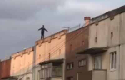 Ходив по краю дев'ятиповерхівки: у Чернівцях діти вразили небезпечними іграми на даху