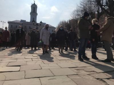 """Перевірка ковід-лікарні в Чернівцях  та пікет активістів """"Слуги народу"""": головні новини 26 березня"""