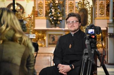Священник із Чернівців пояснив, як можна проявити любов до Бога без цілування ікон