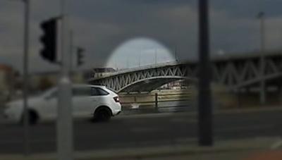 Чоловік стрибнув з мосту у холодну ріку за телефоном, - відео