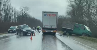 У ДТП на Буковині постраждали 5 людей: легковик зіткнувся з вантажівкою