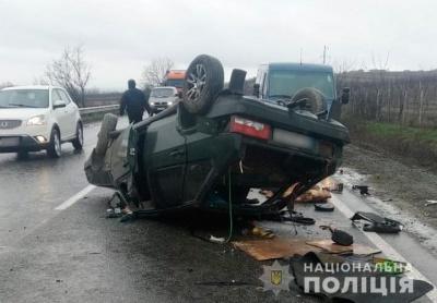 Двоє осіб травмувались: у поліції розповіли деталі ДТП під Чернівцями, де перекинувся легковик