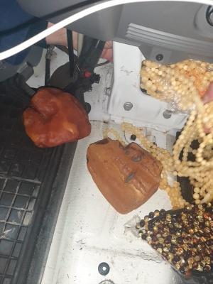 Сховав під сидінням: водій  з Чернівців намагався вивезти з України  майже 15 кілограмів коштовного каміння
