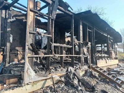 У багатодітної сім'ї на Буковині згорів будинок: небайдужих просять допомогти
