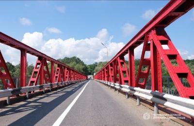 «Встановили жилеточку»: посеред мосту в Чернівцях утворилась дірка, крізь яку видно річку – відео
