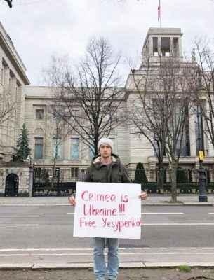 У столицях п'яти європейських країн одночасно пікетували посольства Росії через затримання українського журналіста