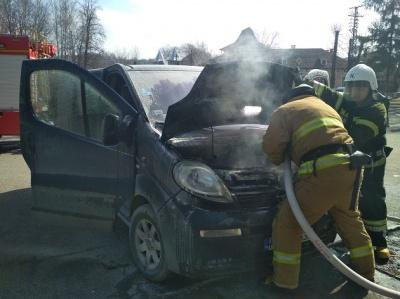 На Буковині загорілось авто із людьми всередині