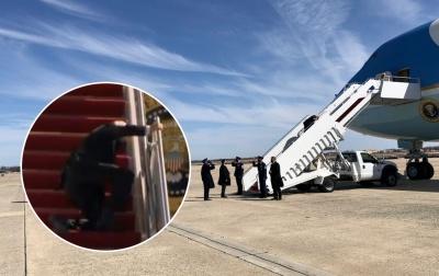 Джо Байден знову спіткнувся на трапі літака, але втримався на ногах