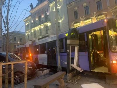 У Чернівцях під міськрадою тролейбус протаранив клумби та автомобіль – фото