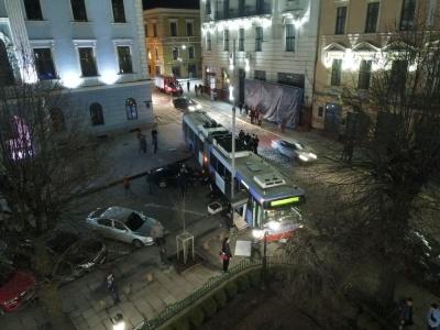 ДТП з тролейбусом біля міськради Чернівців: з'явилося відео автопригоди