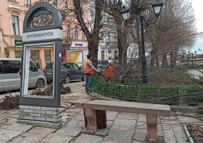Комунальники ліквідовують наслідки ДТП з тролейбусом у центрі Чернівців – фото