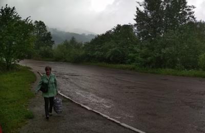 На Буковині гірська річка підтопила автомобільну трасу