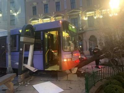 У Чернівецькій міськраді заявили, що тролейбус, який протаранив дерево, не завдав значних збитків місту