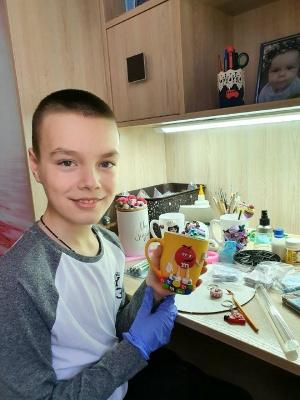 Дев'ятирічний хлопчик з Чернівців робить сувеніри із полімерної глини