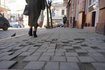 «Залатали би, щоби ноги не ламали»: що говорять чернівчани про тротуари міста