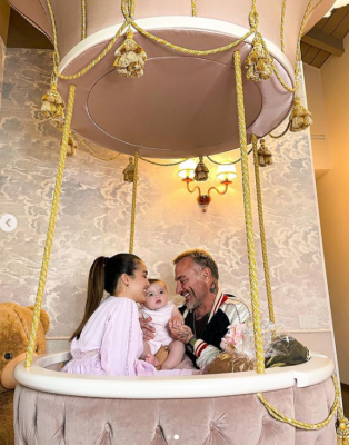 """""""Танцюючий мільйонер"""" Джанлука Ваккі показав фото з дружиною і маленькою донькою"""