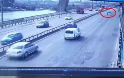 Момент падіння чоловіка з мосту на дорогу потрапив на відео