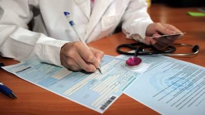 Українцям хочуть врізати лікарняні: виплати скоротять, а лікарям загрожують штрафи