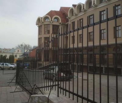 В історичному центрі Чернівців на площі з'явився паркан