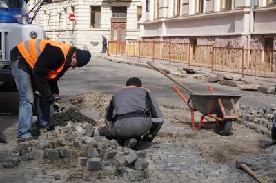 На вулиці в центрі Чернівців комунальники перекладають бруківку – фото