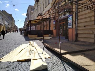 На пішохідній вулиці Чернівців встановлюють літні майданчики - фото
