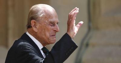 Не стримують сліз: у Лондоні прощаються з принцом Філіпом