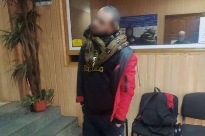 У Києві поліція затримала п'яного чоловіка, який розгулював з двома зміями